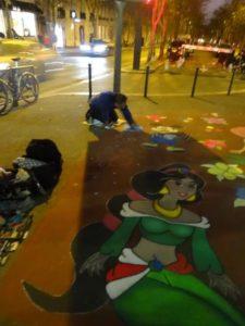 En face du théâtre on a vu un Rom qui faisait une grande fresque par terre, sa femme nous a dit qu'il était né sans main, mais il peut peintre tout ça quand même ! il gagne plein d'argent !